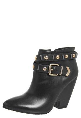 Ankle Boot Esdra Fivela Tachas Preta