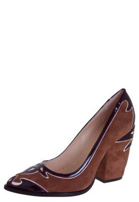 Sapato Scarpin Luiza Barcelos Recortes Caramelo