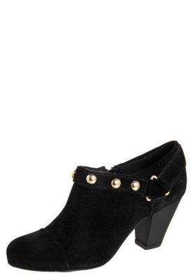 Ankle Boot Lilly's Closet Salto Médio e Tachas Preta