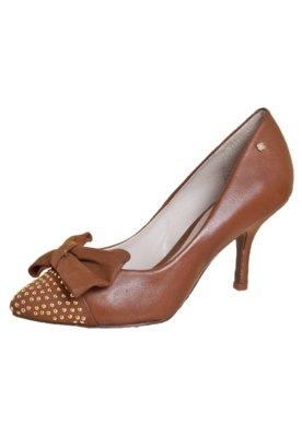 Sapato Scarpin Capodarte Laço e Tachas Caramelo