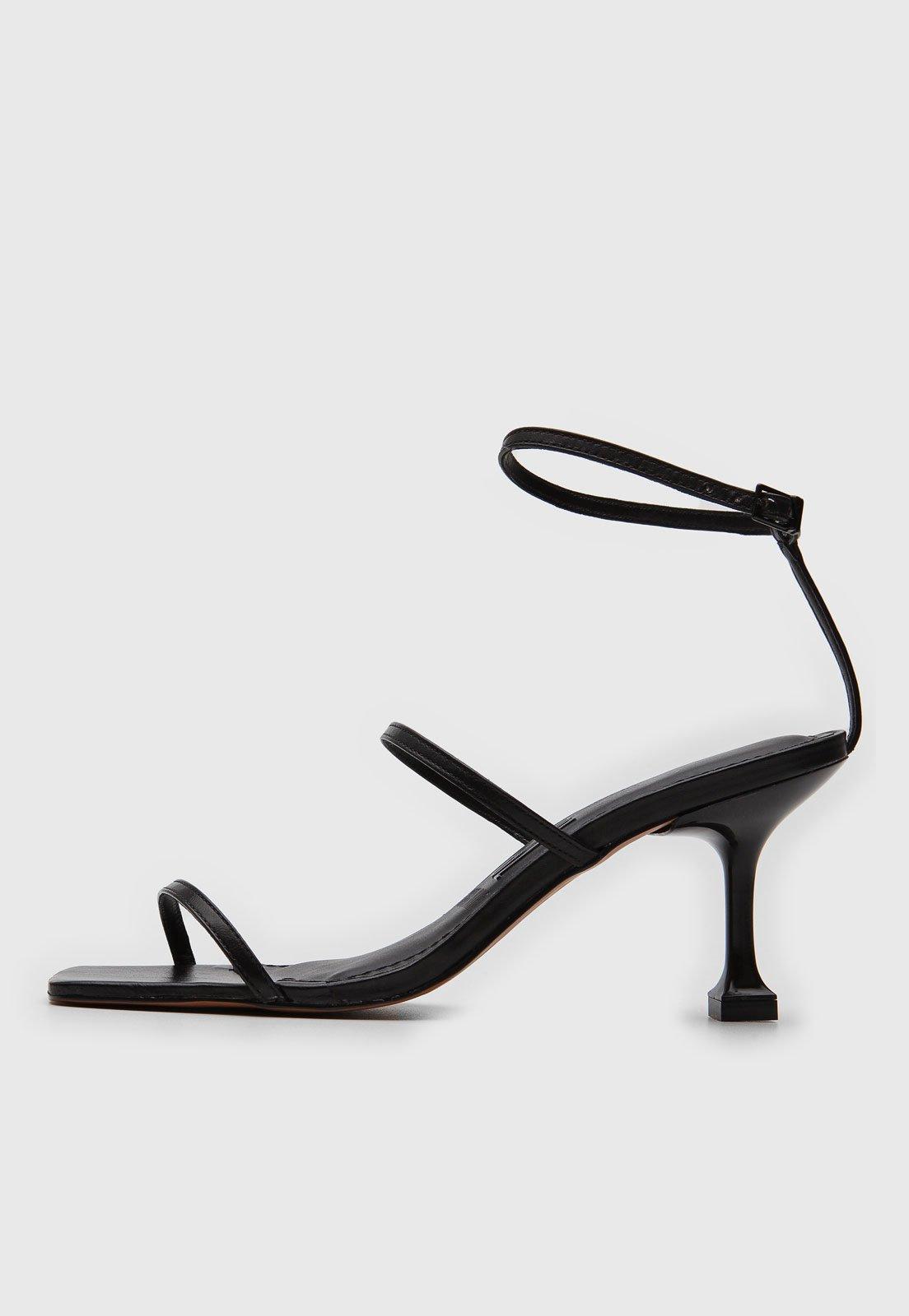 Sandália de tiras pretas, da Santa Lolla